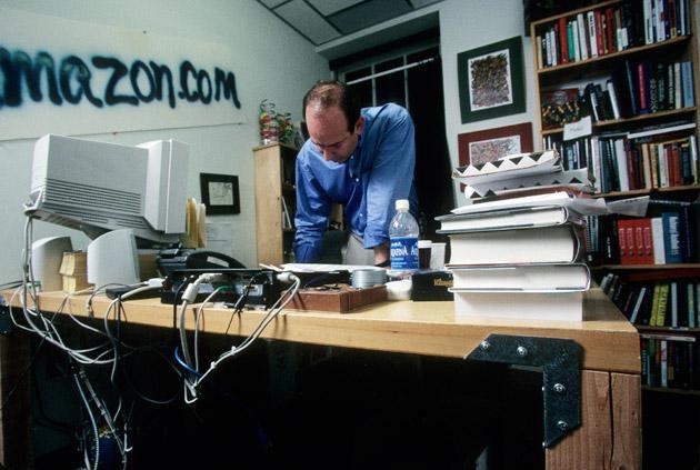 Jeff Bezos en la primera oficina de Amazon.