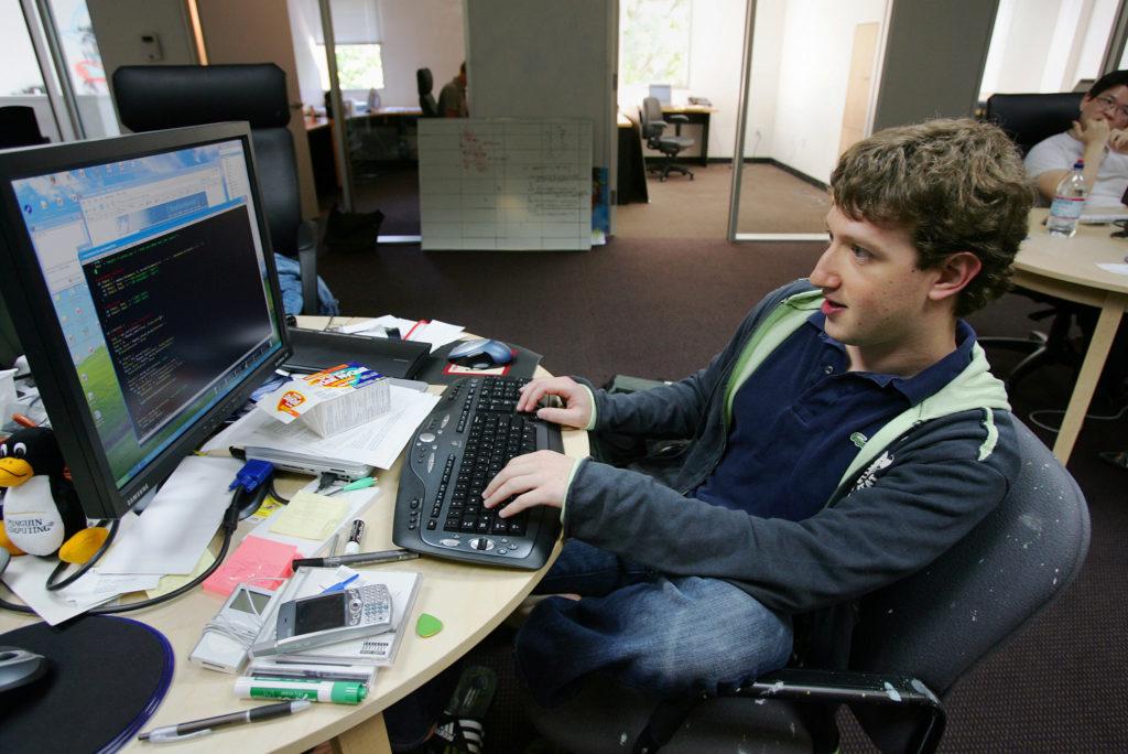 Mark Zuckerberg trabajando en las nuevas oficinas de Palo Alto