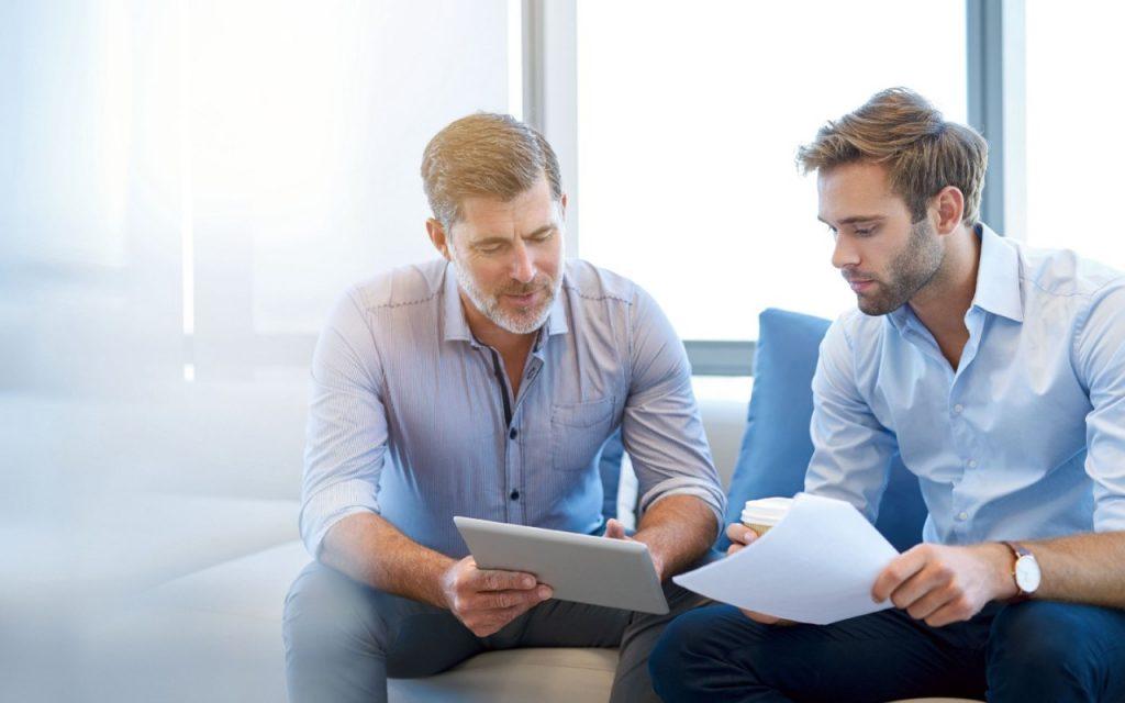 Imagen de dos hombres conversando.