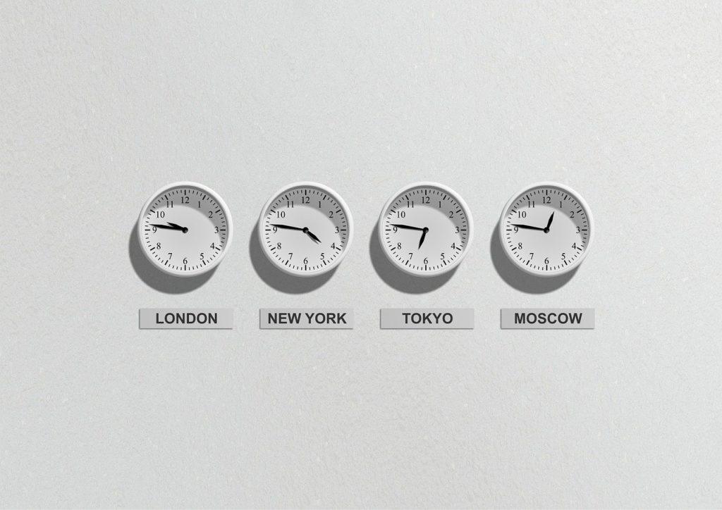 Relojes de pared de distintos países y franjas horarias.