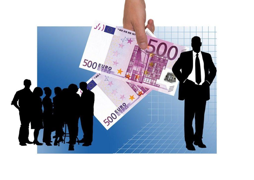 Siluetas negras de personas y dos billetes de 500 euros.